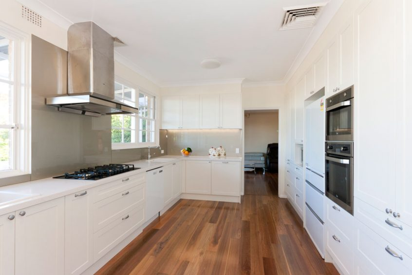 caesarstone-frosty-carina-classic-kitchen-design-dulux-whisper-white-polyurethane-kitchen-cabinets-premier-kitchens-australia-1a