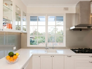 caesarstone-frosty-carina-classic-kitchen-design-dulux-whisper-white-polyurethane-kitchen-cabinets-premier-kitchens-australia-4
