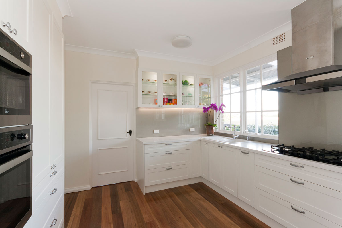 caesarstone-frosty-carina-classic-kitchen-design-dulux-whisper-white-polyurethane-kitchen-cabinets-premier-kitchens-australia-8