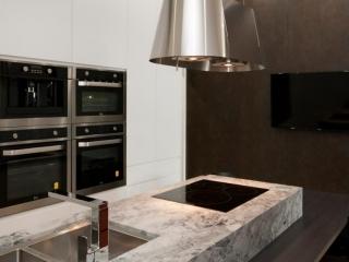 dulux-polyurethane-kitchen-cabinets-pete-evans-tapware-cdk-superwhite-stone-benchtop-premier-kitchens-showroom-display-willoughby-2a