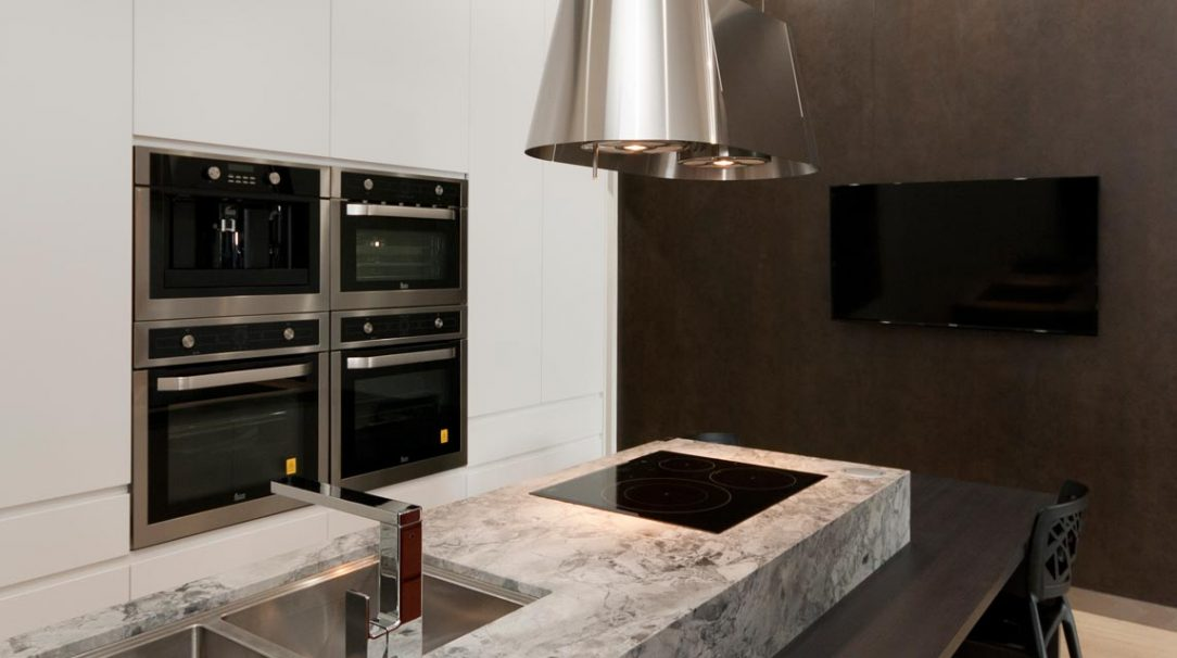 dulux-polyurethane-kitchen-cabinets-pete-evans-tapware-cdk-superwhite-stone-benchtop-premier-kitchens-showroom-display-willoughby-2a