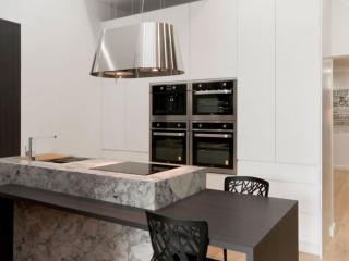 dulux-polyurethane-kitchen-cabinets-pete-evans-tapware-cdk-superwhite-stone-benchtop-premier-kitchens-showroom-display-willoughby-2c