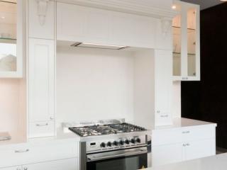 dulux-polyurethane-shaker-kitchen-cabinets-quantum-quartz-michelangelo-benchtop-premier-kitchens-showroom-display-willoughby-1e