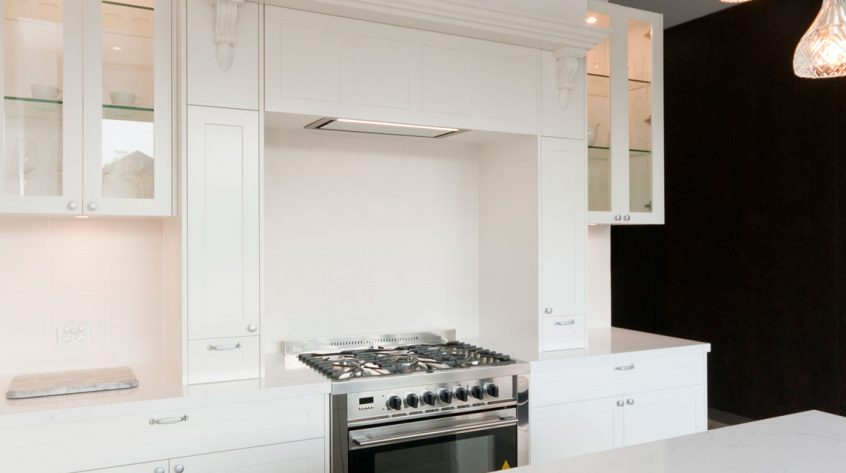 dulux-polyurethane-shaker-kitchen-cabinets-quantum-quartz-michelangelo-benchtop-premier-kitchens-showroom-display-willoughby-1e