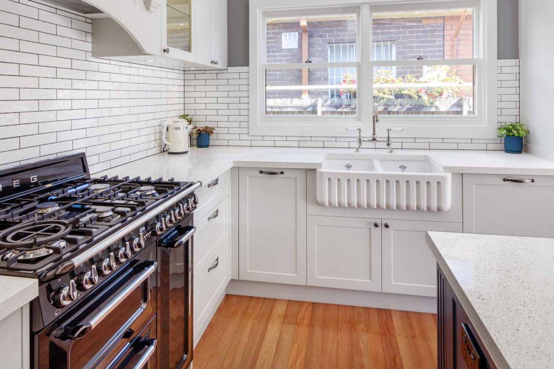 kitchen-design-classic-white-blue-shaker-stone-bench-smeg-freestanding-cooker-butler-sink-ornate-cabinet-trim