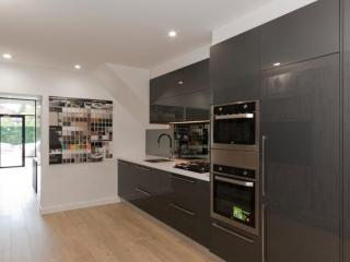 kitchen-design-showroom-kitchen-cabinets-ultraglaze-silestone-blanco-zeus-stone-benchtop-premier-kitchens-showroom-display-willoughby-3a